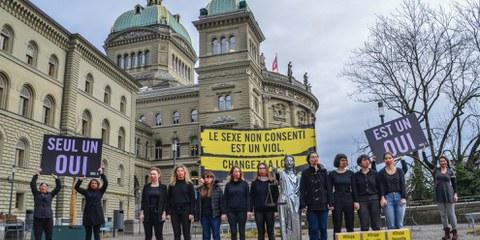 Action devant le Palais fédéral lors de la remise de la pétition «Justice pour les victimes de violences sexuelles» © AI/Philipe Lionnet