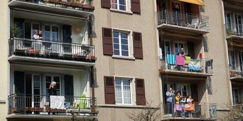 Des gens applaudissent pour soutenir le personnel médical, Berne. © AICH