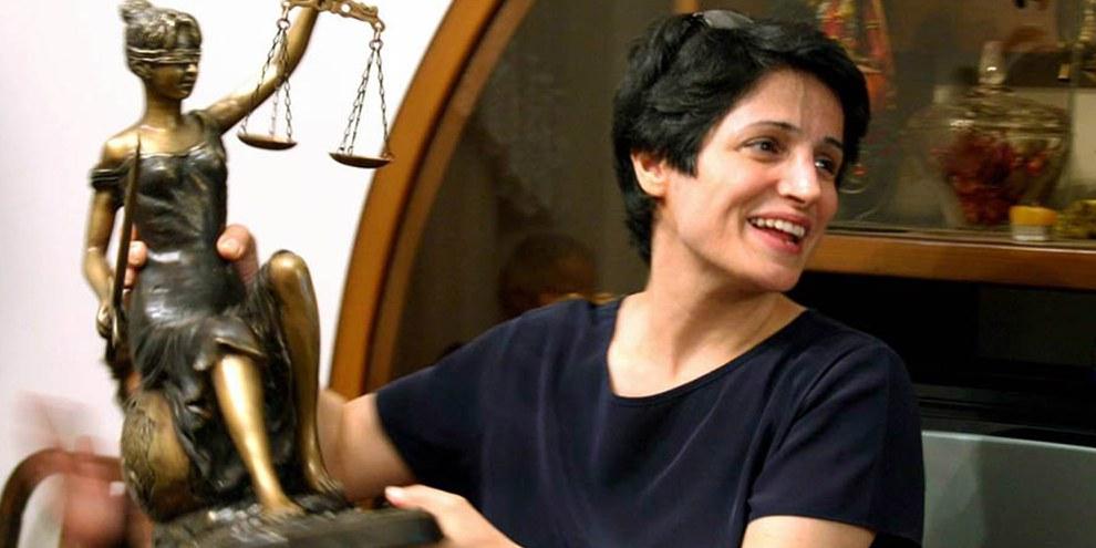 Nasrin Sotoudeh, éminente avocate iranienne et défenseure des droits humains, condamnée à 38 ans de prison et 148 coups de fouets.  © Private