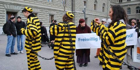 Action lors de la remise de la pétition «la solidarité n'est pas un crime» en octobre 2019 à Berne. © AICH