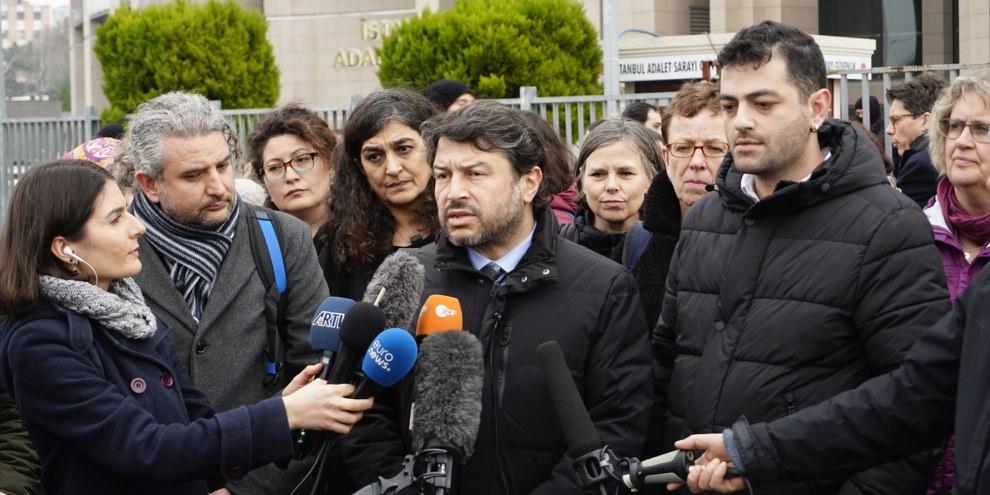 Taner Kiliç, président honoraire d'Amnesty Turquie, devant le Tribunal d'Istanbul le 19 février 2020. © Amnesty International Turquie / Fırat Doğan