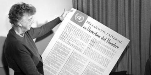 Eleanor Roosevelt, présidente du comité de rédaction, tient dans ses mains un exemplaire de la Déclaration universelle des droits de l'homme, adoptée le 10 décembre 1948 par l'Assemblée générale des Nations unies © UN