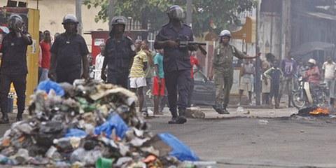 Les troupes ivoiriennes en marche après avoir tiré du gaz lacrymogène sur les supporters de l'opposition. © APGraphicsBank