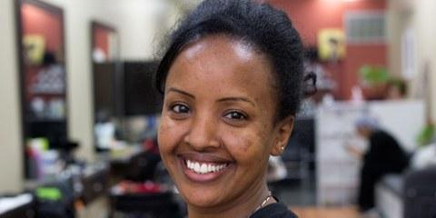 Adhanet, coiffeuse érythréenne, dans son salon de coiffure à Toronto. Elle a fui son pays natal à seulement 15 ans. © Stephanie Foden/Amnesty International
