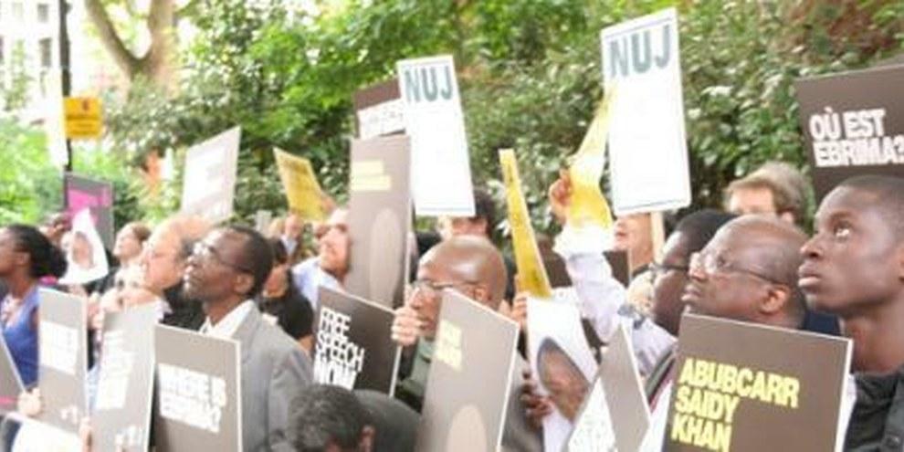 Des personnes manifestent contre le manque de liberté devant l'ambassade de Gambie à Londres (Royaume-Uni), déjà en juillet 2009. © AI