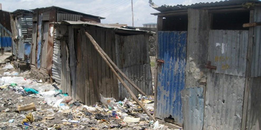 Toilettes privées à Nairobi, février 2010. Les locataires doivent parfois marcher jusqu'à 10 minutes pour aller aux toilettes. © AI