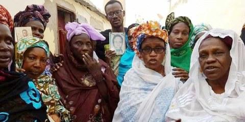 Maïmouna Sy (à droite) avec les membres de l'Association des veuves mauritaniennes: lors d'une célébration pacifique à Nouakchott, ils commémorent leurs proches décédés et demandent justice. © Yëro Gaynääko