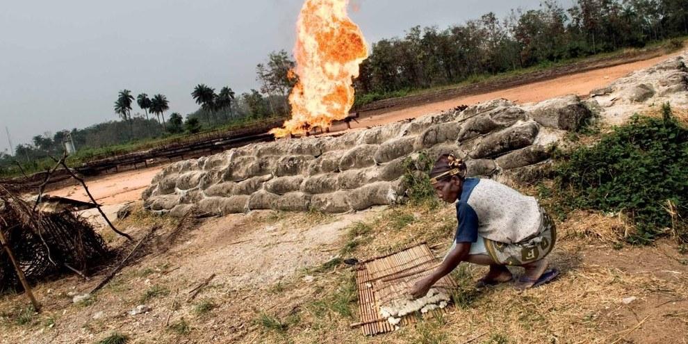 A Iwhrekan, les villageois•es sèchent le manioc à la chaleur d'une torchère appartenant à Shell. © Kadir van Lohuizen