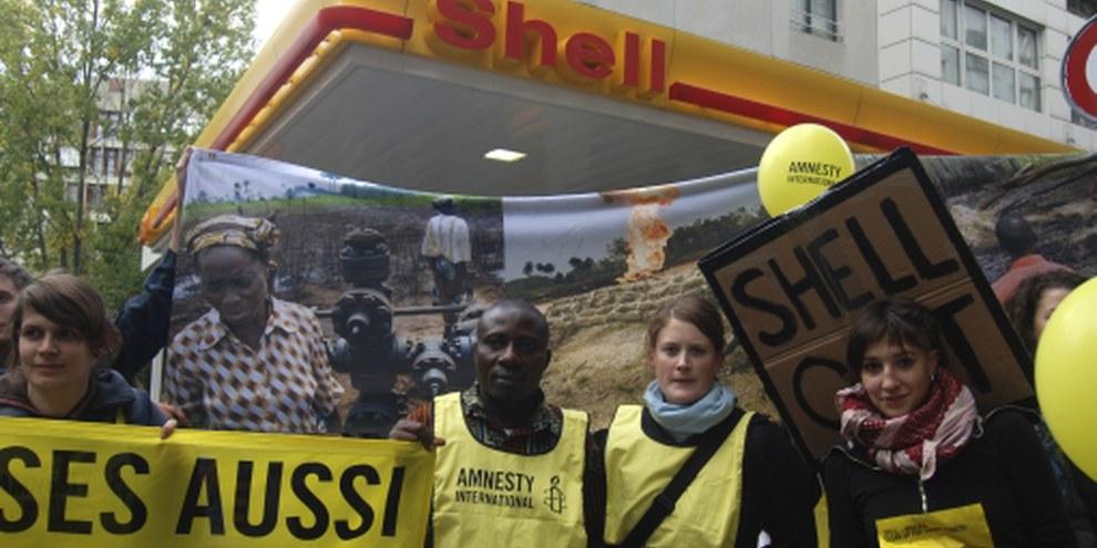Celestine AkpoBari, qui vient d'être frappé par la police, avait participé à une caravane d'actions en Suisse pour dénoncer la pollution causée par Shell au Nigeria, en octobre 2009. © Fabrice Praz