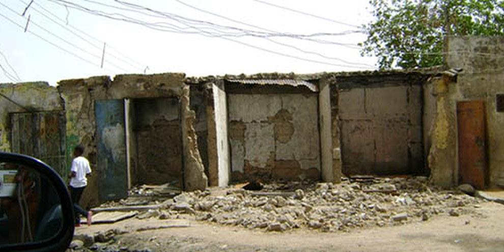 Des militaires ont incendié cette boutique, tuant son propriétaire, qui s'était enfermé à l'intérieur. Maiduguri, Nigeria, mai 2012. © AI