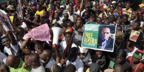 Des militants pro-Biafra demandent la libération de Nnamdi Kanu, leader de l'IPOB (peuples indigènes du Biafra) et  directeur de la station de radio Biafra, durant une manifestation à Aba dans le sud-est du Nigeria, en novembre 2015. © AFP/Getty Images