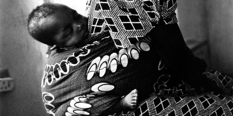 Dans la caserne de Giwa, des enfants de moins de cinq ans, dont des bébés, sont détenus dans trois cellules pour femmes, surpeuplées. © Amnesty International