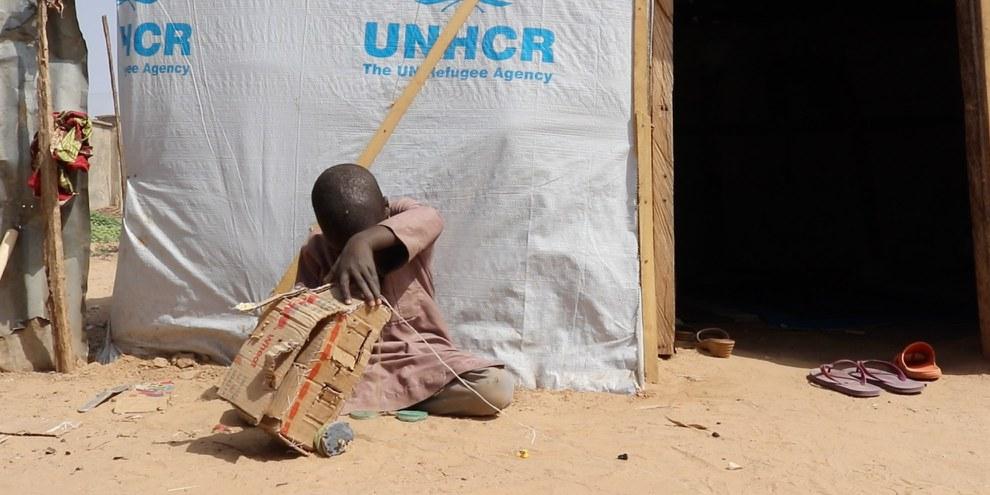 Un petit garçon joue devant son abri dans un camp de personnes déplacées à l'extérieur de Maiduguri, dans l'État de Borno, au Nigeria, en janvier 2020. Plus de deux millions de personnes sont déplacées à l'intérieur du pays en raison du conflit de longue date entre l'armée nigériane et Boko Haram. © AI