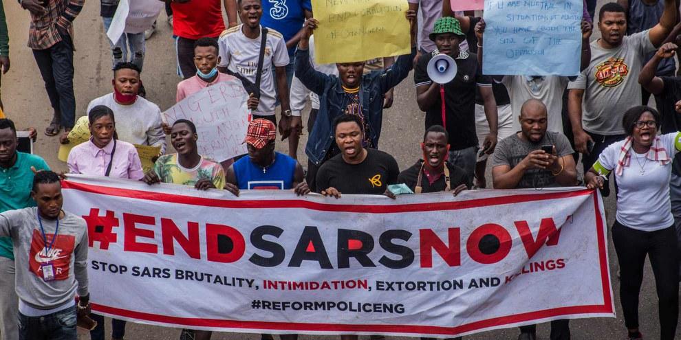 #EndSARS est un mouvement social au Nigeria qui a commencé sur Twitter pour appeler à l'interdiction de la Special Anti-Robbery Squad, une unité de la police nigériane. Ici le 17 octobre 2020 à Lagos, la capitale. ©SHUTTERSTOCK/shynebellz