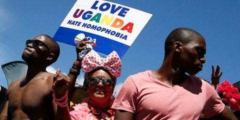 En mars 2014, des personnes ont exprimé leur solidarité envers les LGBTI d'Ouganda lors de la gay pride a Cape Town, en Afrique du Sud. © NIC BOTHMA/epa/Corbis