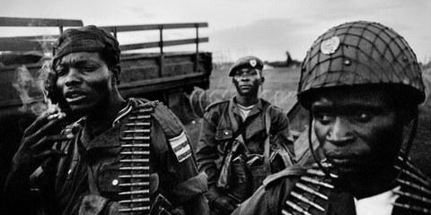 Des membres de l'armée congolaise dans la région de l'Ituri. Les forces armées ont aussi commis de graves violations des droits humains. © Cédric Gerbehaye / Agence VU