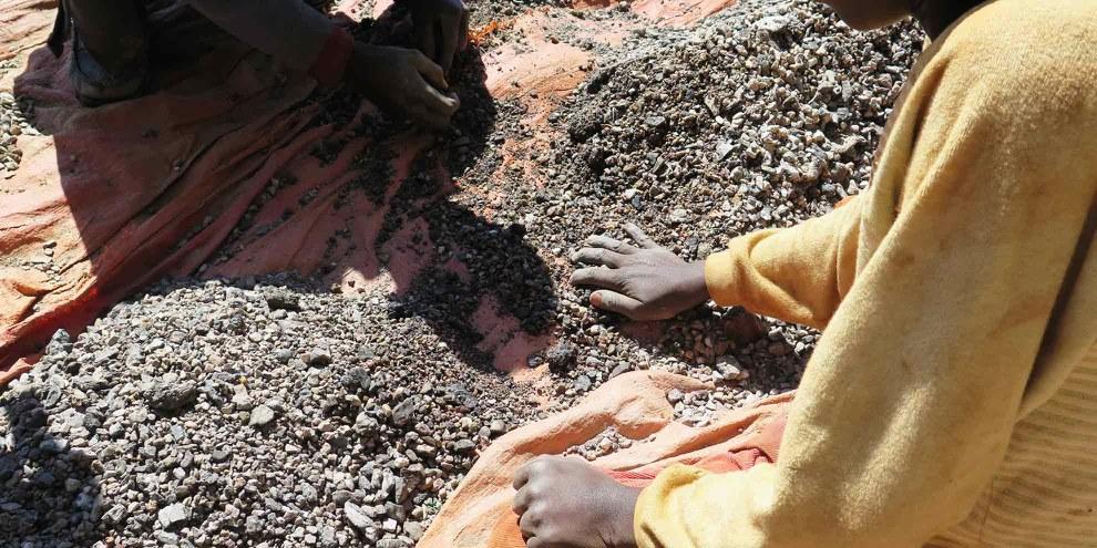 Charles 13 ans, trie des pierres contenant du cobalt avec son père, dans la province du Katanga, République Démocratique du Congo. Mai 2015. © Amnesty International - Afrewatch