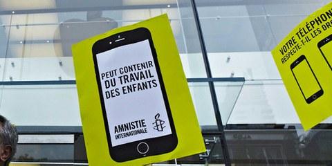 Manifestation d'Amnesty devant le magasin d'Apple à Montréal, juin 2016. © Rodolphe Beaulieu