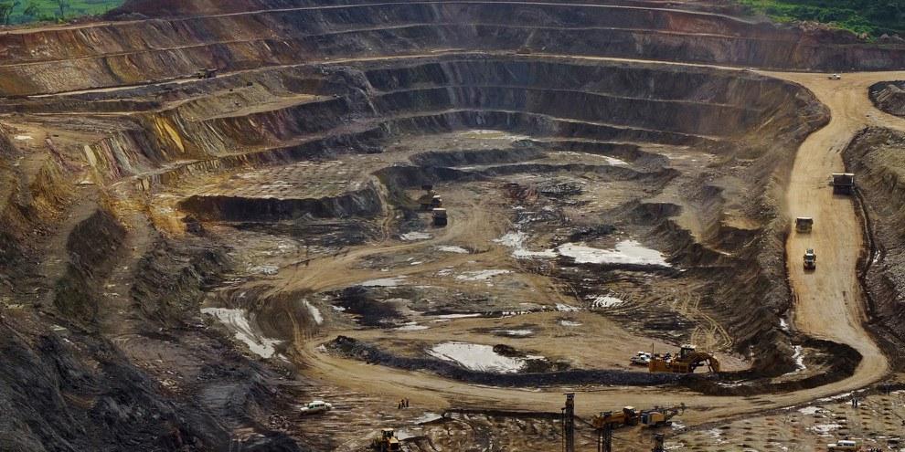 Excavatrices et foreuses à l'œuvre dans un puits à ciel ouvert de la mine de cuivre et de cobalt de Tenke Fungurume, à 110 kilomètres au nord-ouest de Lubumbashi, dans le sud de la République démocratique du Congo – une région productrice de cuivre. Cette mine appartient maintenant à la société minière China Molybdenum Co., Ltd. Photo prise le 29 janvier 2013.