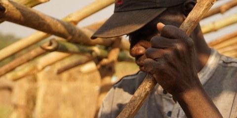 Un habitant chassé du camp pour personnes déplacées d'Alindao se reconstruit une maison à Bambari © Joanne Mariner/Amnesty International