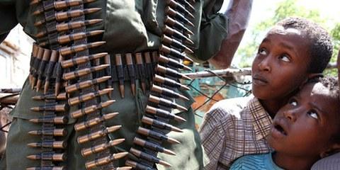 Les armes qui circulent dans le pays contribuent aux violences subies par les civils. © REUTERS/Noor Khamis