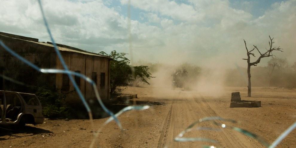 Vue à travers le pare-brise d'un véhicule blindé de transport de troupes lors d'une patrouille de routine de l'AMISOM dans la ville de Qoryooley, dans la région du Bas-Shabelle, en Somalie, le 29 avril 2014. © Privé