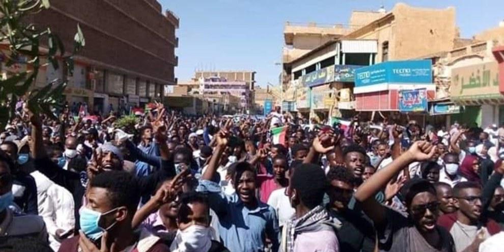 Des manifestants soudanais à Omdurman, dans la banlieue de Khartoum, alors qu'un rassemblement pro-Bashir se déroule dans la capitale.©DR