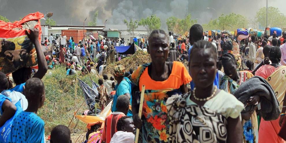Des civils fuient les affrontements dans le Nord-Est de la ville de Malakal au Soudan du Sud. Le 18 février 2016.© Justin Lynch/AFP/Getty Images