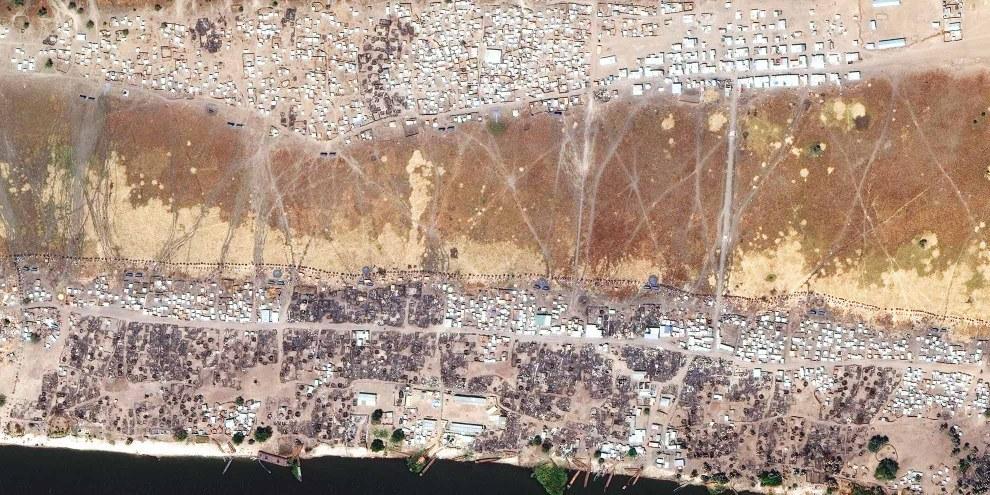 Images satellites prises en mars 2017 montrant la destruction d'habitations et de biens civils dans les quartiers du centre de Wau Shilluk. © DigitalGlobe 2017, NextView License