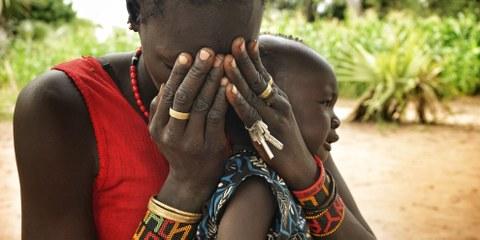 Cette femme et son enfant ont été condamnés à fuir leur village dans le comté de Leer pour échapper aux violences des forces gouvernementales © Amnesty International (plus d'images en cliquant sur celle-ci)
