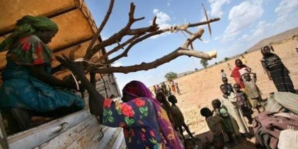 A la frontière tchadienne, les civils ont dû fuir leur village puis leur camp de fortune pour échapper aux attaques des milices Janjawid. © UNHCR/ H. Caux