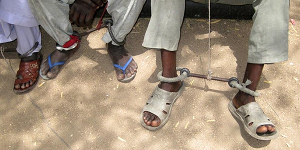Des prisonniers de la prison d'Abéché peuvent être enchaînés aux chevilles durant plusieurs mois, jour et nuit. © AI