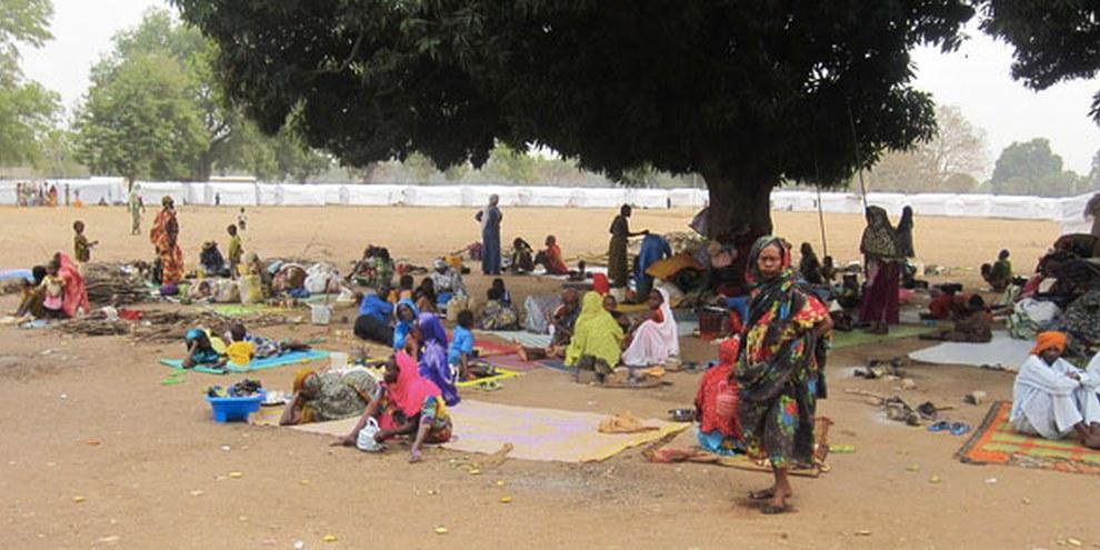 Des personnes vivent dehors et attendent l'aide promise depuis des semaines. © Amnesty International