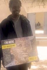 Mahadine avec «son» poster.