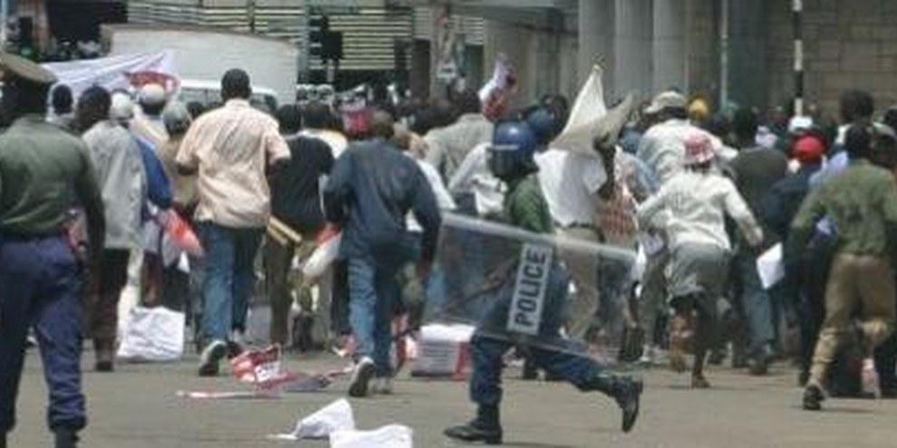 La police disperse des manifestants du parti d'opposition dans la violence. © Privé