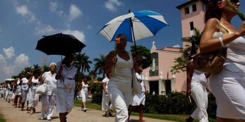 Les dames en blanc (épouses et mères de prisonniers politiques) lors de leur manifestation dominicale, 2010, la Havane ©  AP Photo/Javier Galeano