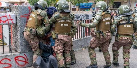 La police arrête un manifestant à Santiago du Chili, le 19 octobre 2019. © abriendomundo / shutterstock.com