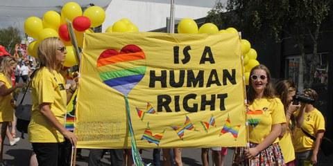 Des activistes militent pour la défense des LGBTI, trop souvent victimes de violences et de discriminations. © Amnesty International