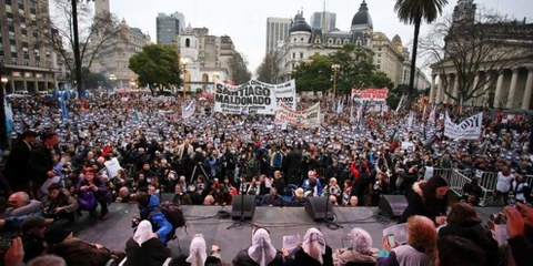 Des manifestations ont été organisées pour demander que Santiago Maldonado réapparaisse en vie, comme ici le 11 août 2017 sur la place de Mai, au cœur de Buenos Aires. © Prensa Obrera / Wikicommons