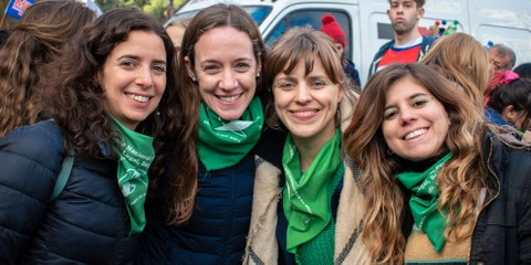 Les foulards verts sont le symbole des militantes en Argentine, qui demandent une révision des lois restrictives relatives à l'avortement.  © Amnistía Internacional Argentina / Demian Marchi