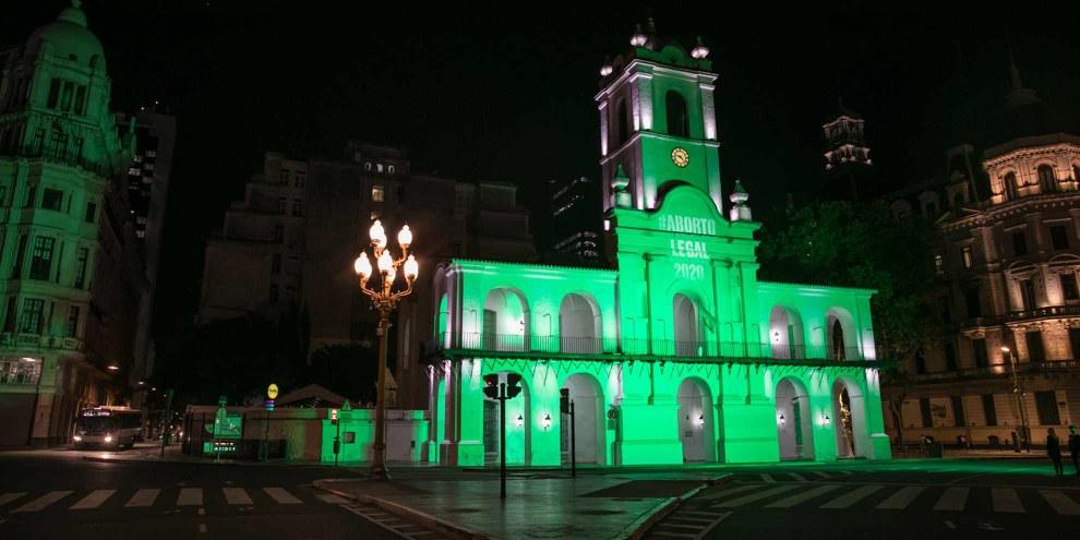 Au mois de novembre, Amnesty International avait éclairé le Cabildo, un des bâtiments les plus emblématiques de la ville de Buenos Aires, et le ministère de la santé pour demander au Président et au Congrès de donner le feu vert à l'avortement.© AI
