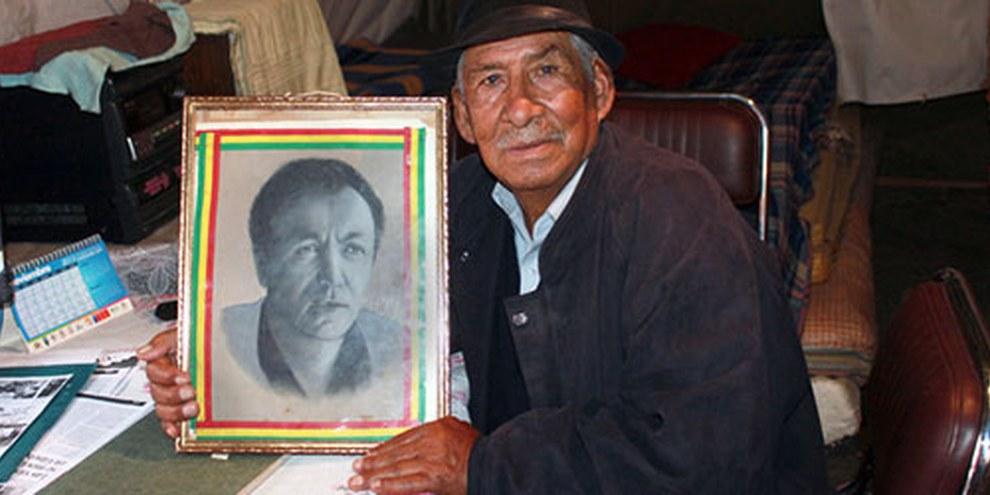 Julio Sevilla porte le portrait d'un ami tué sous le régime militaire de Garcia Meza. Il se bat pour que justice soit faite auprès des victimes. © AI