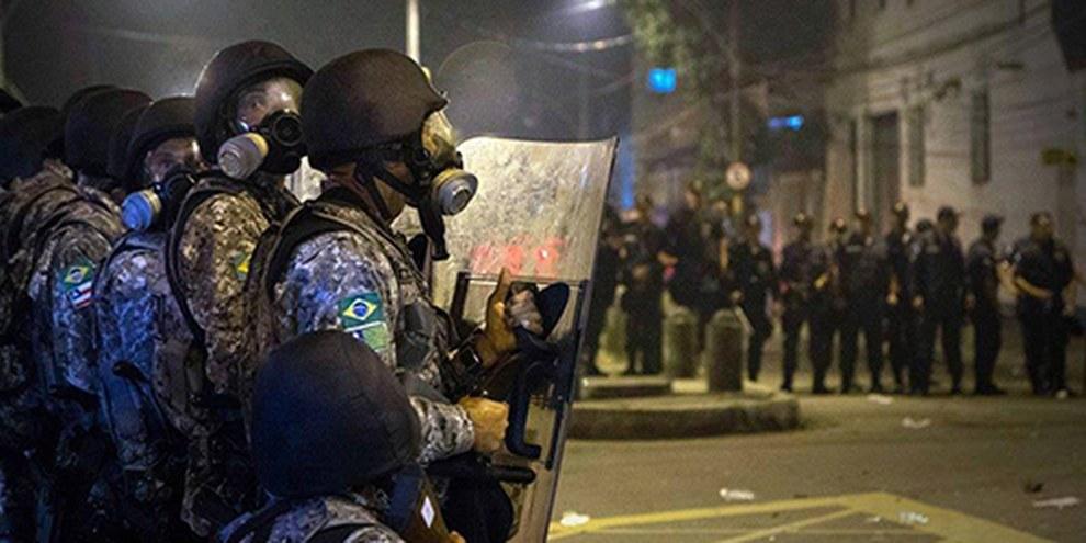 La police brésilienne fait souvent taire les manifestants à coup de gaz lacrymogènes et de balles en caoutchouc. © AI / Luis Baltar