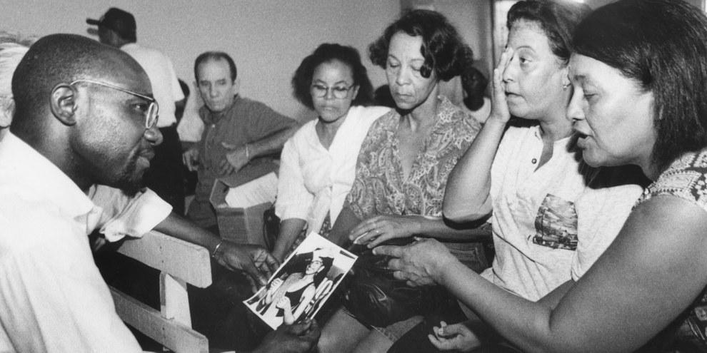 En 1995, Pierre Sane, ancien secrétaire général d'Amnesty International, avait rencontré les mères de certains des onze disparus. © C.J. Ripper / Imagens da Terra
