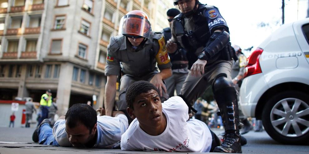 A Rio, 77% des victimes de violences policières sont des jeunes hommes noirs. © MARKO DJURICA/Reuters/Corbis