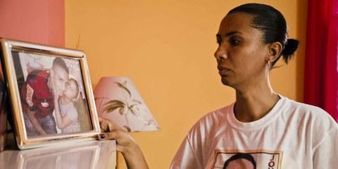 Ana Paula, la mère Johnatha de Oliveira, un garçon de 19 ans tué par la police militaire. © AF Rodrigues/Amnistia Internacional