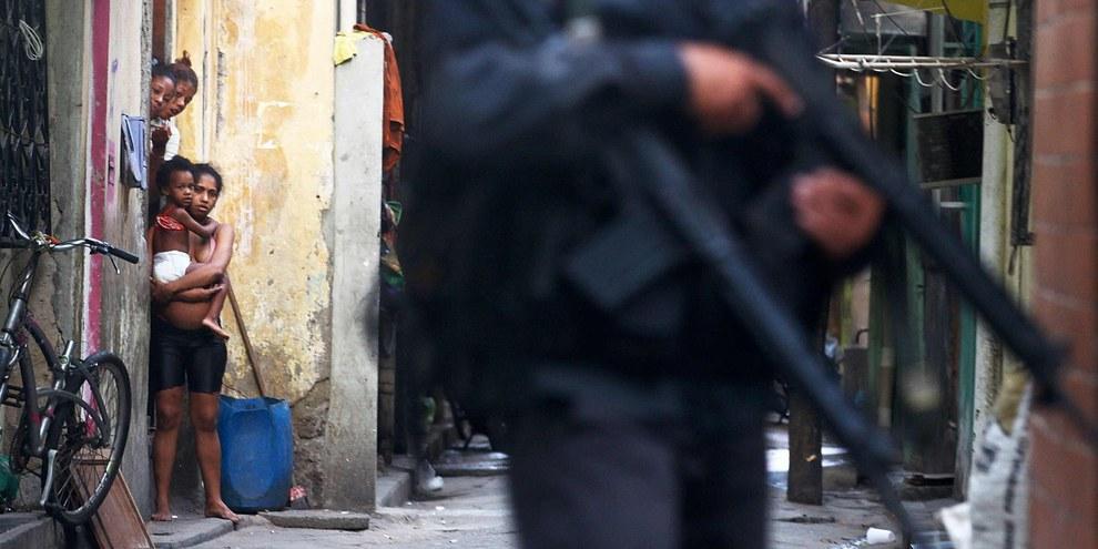 Les forces militaires brésiliennes patrouillent dans le complexe de favelas de la Maré à Rio de Janeiro, en mars 2014. © Getty Images