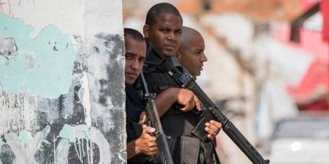 Les forces de sécurité armées en patrouille dans la favela Chuveirinho à Rio de Janeiro. © AFP / Getty Images