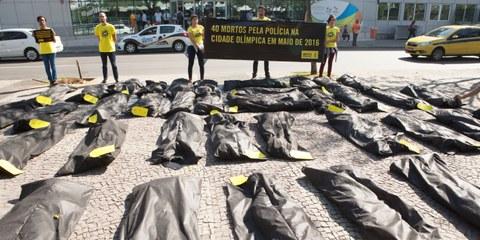 Des activistes protestent contre la violence policière à Rio, le 17 juillet 2016. © Felipe Varanda/ Amnesty International
