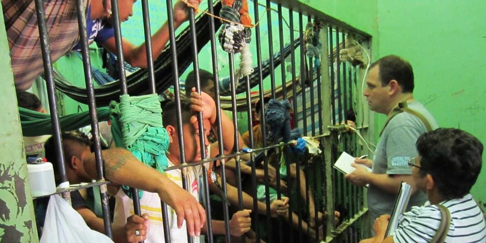 Un chercheur d'Amnesty International visite une prison brésilienne, mars 2013. © Amnesty International